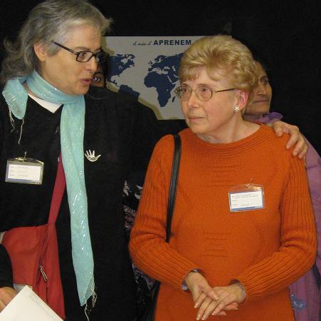 Montserrat Bonadona (dreta) i Sophia Blasco (esquerra) celebrant el 5è aniversari d'Aprenem l'any 2010 al Centre Cívic Parc Sandaru